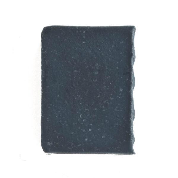 sabonete de carvão activado e argila preta em fundo branco