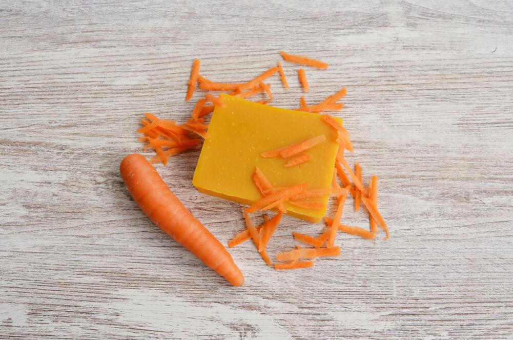 sabonete de cenoura em fundo de madeira